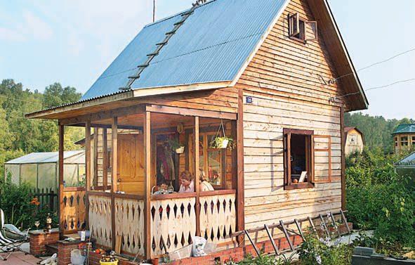 Благоустройство участка началось с постройки небольшого домика с баней и террасой